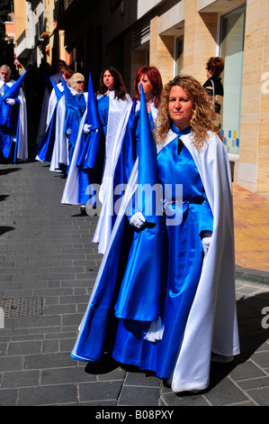Frauen gekleidet in Buße Gewand (Nazarenos), Semana Santa, die Karwoche Prozession in La Nucia, Costa Blanca, Spanien - Stockfoto