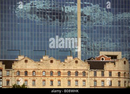 Alten Hafengebäude vor moderne gläserne Bürogebäude, Darling Harbour, Sydney, New South Wales, Australien - Stockfoto