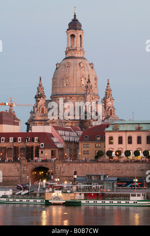 Der Brühler-Terrasse und die Kirche der Muttergottes, im Vordergrund ein Raddampfer auf der Elbe, Dresden, Deutschland - Stockfoto