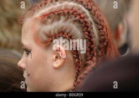 Junge Teenager-Mädchen mit extravaganten Punkfrisur und rote Haare flechten - Stockfoto