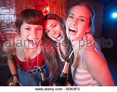 Drei Frauen in einem Nachtclub, tranken und lachten - Stockfoto