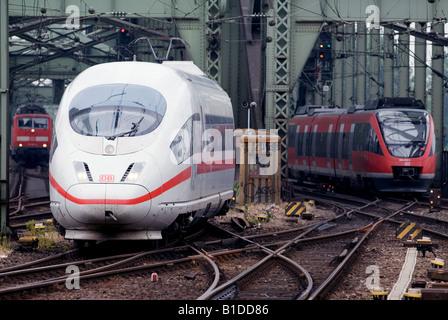 Deutschland Eisenbahn Personenzüge Überquerung des Flusses Rhein in Köln, Nordrhein-Westfalen, Deutschland. - Stockfoto