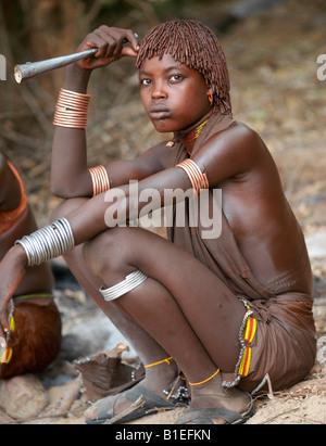 """Hamar Frauen tanzen in einer Zeremonie """"Jumping des Stieres"""". Die Hamar sind semi-nomadische Hirten Südwesten Äthiopiens. - Stockfoto"""