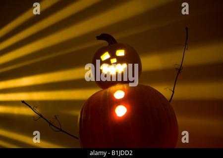 Jack-O-Lantern Mann vor einem Licht-gestreiften Hintergrund - Stockfoto