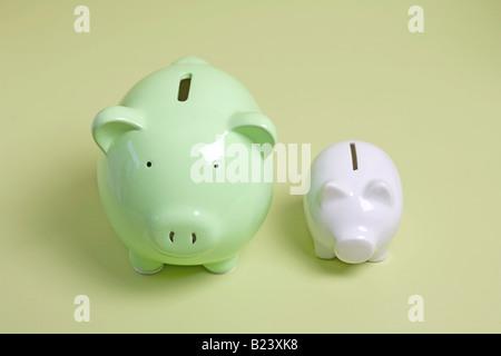 zwei Sparschweine, ein großes und ein kleines - Stockfoto