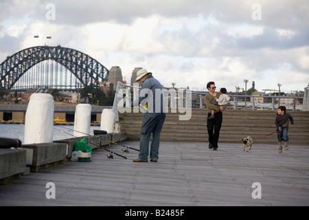 Vater und Söhne zu Fuß den Hund Pyrmont Point Park Sydney New South Wales Australia - Stockfoto