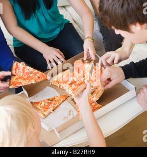 Freunde, die Pizza essen - Stockfoto