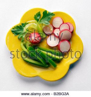 Rohes Gemüse auf Platte - Stockfoto