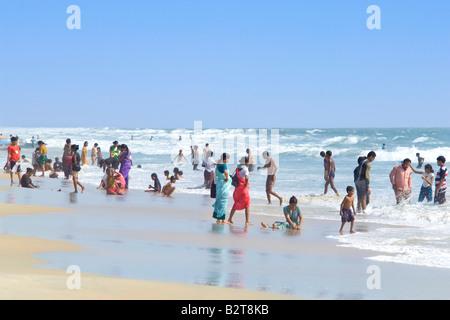 Lokalen Indianer genießen einen Urlaub am Strand an einem heißen sonnigen Tag in Goa. - Stockfoto