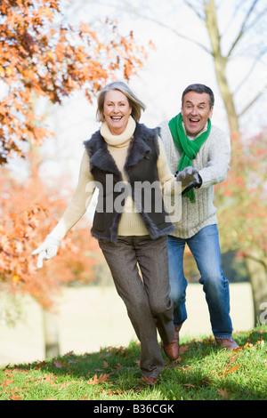 Älteres Paar im freien herumlaufen und lächelnd (Tiefenschärfe) - Stockfoto