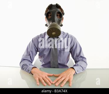 Geschäftsmann, sitzen in weißen Raum mit Gasmaske - Stockfoto