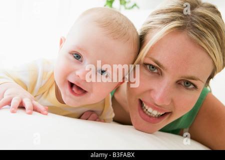 Mutter und Baby im Haus lächelnd - Stockfoto