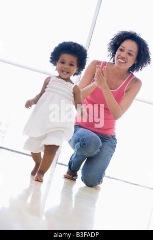 Mutter und Tochter im Haus spielen und Lächeln - Stockfoto