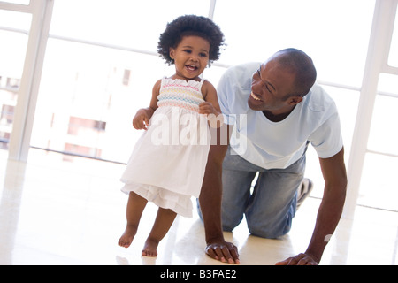 Vater und Tochter im Haus spielen und Lächeln - Stockfoto