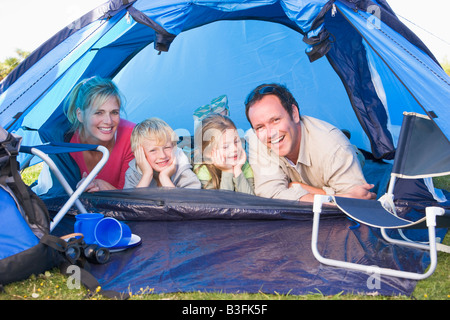 Familiencamping in Zelt lächelnd - Stockfoto