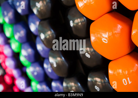 Nahaufnahme von bunten Hanteln in ein Fitness-Studio - Stockfoto