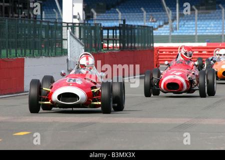 zwei rote Rennwagen überqueren der Startlinie - Stockfoto