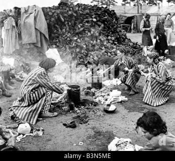 BERGEN-BELSEN KZ-Häftlinge am 15. April 1945 wenn es durch die britische 11. Panzerdivision befreit wurde - Stockfoto
