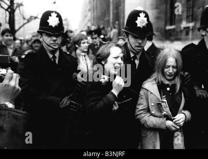 Beatles Fans Weinen, weil Paul McCartney heirateten von Polizei März 1969 abgeführt sind verärgert - Stockfoto