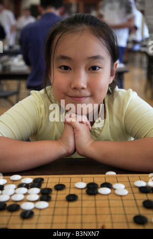 Chinesischen kanadischen Mädchen spielen gehen orientalische strategisches Brettspiel - Stockfoto