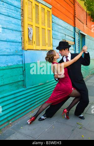 Südamerika, Argentinien, Buenos Aires, La Boca. Paar zeigt einen der vielen Tango-Tanz-Positionen. (MR) - Stockfoto