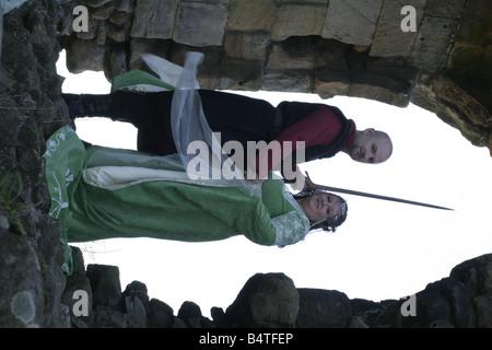 Hochzeitspaar Gary und Angela Gray aus Bedlington abgebildet auf Edlingham Castle in Northumberland für ihren Herr - Stockfoto