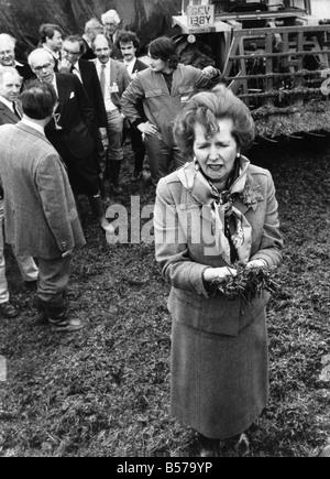 Premierministerin Frau Margaret Thatcher im allgemeinen Wahlen Wahlkampf Cornish Bauernhof zu besuchen. Man sieht - Stockfoto