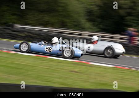 Zwei enge Rennen Sportwagen-Klassiker in der Hitze des Gefechts - Stockfoto