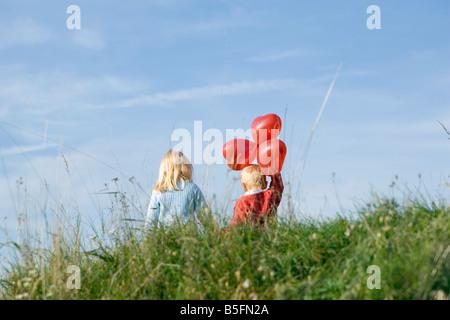 m dchen halten zwei herz ballons stockfoto bild 32398097 alamy. Black Bedroom Furniture Sets. Home Design Ideas