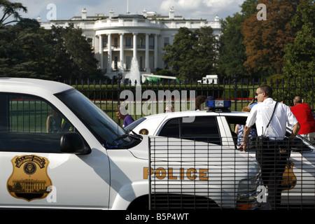 Polizist vor dem Süden Portikus von das Weiße Haus, Washington D.C., USA - Stockfoto