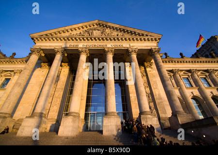 Reichstagsgebäude Säulen am Eingang Menschen Queeing im freien Berlin - Stockfoto