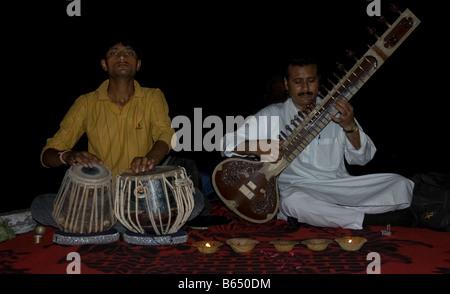 Zwei Musiker, die spielen die Tabla-Trommeln und Sitar in Varanasi, Indien - Stockfoto