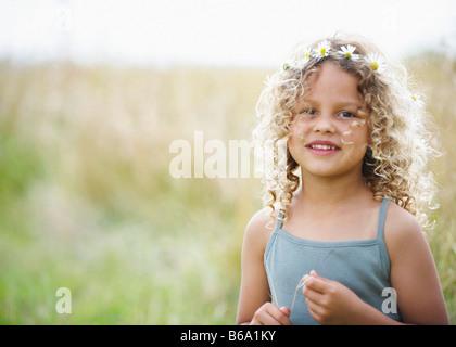 Junges Mädchen mit Gänseblümchen im Haar - Stockfoto