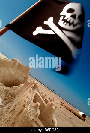 Piratenflagge flattern am Strand - Stockfoto