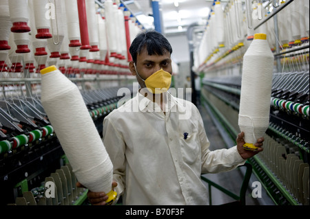India Madhya Pradesh Indore, Mahima Fasern Ltd. Spinnerei machen Garn aus Bio-und Fairtrade-Baumwolle - Stockfoto