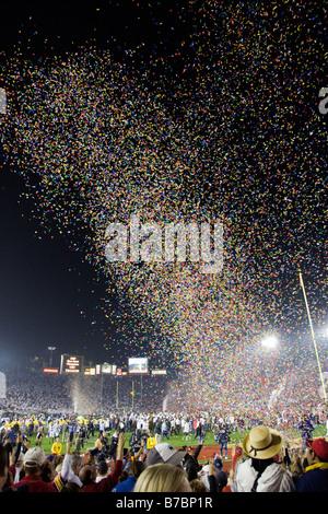 Bunte Konfetti fällt auf das Publikum bei der jährlichen neuen Jahre Tag Rose Bowl-Football-Spiel - Stockfoto