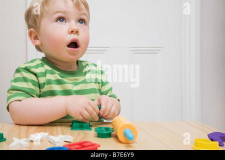 Kleiner Junge mit Spielzeug - Stockfoto