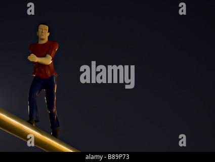 "Skulptur namens ""Walking Man"" von Jonathan Borofsky vom Vollmond beleuchtet.  Museum of Fine Arts, Boston, MA. - Stockfoto"