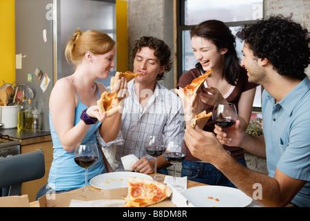 Freunde teilen Pizza zu Hause - Stockfoto