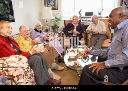 Ältere Erwachsene mit Morgen-Tee zusammen - Stockfoto