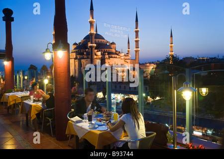 Die blaue Moschee oder Sultan-Ahmet-Moschee 1609 1616 Dachterrasse Restaurant Dämmerung Sultanahmet Bezirk Istanbul - Stockfoto