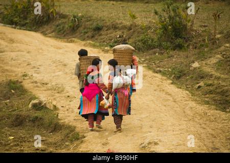 bunte Blume Hmong Paare Heimweg vom Markt in Cau Sohn in der Nähe von Bac Ha Vietnam - Stockfoto