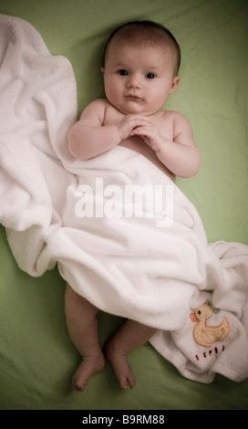 Baby in Decke gehüllt - Stockfoto