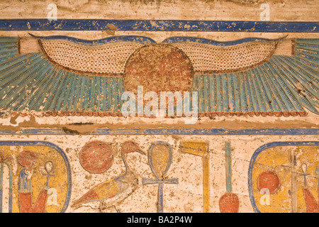Bemalte Reliefs an Decke des zweiten Hof in Medinet Habu, Leichenhalle Tempel von Ramses III, Westufer des Nil, - Stockfoto