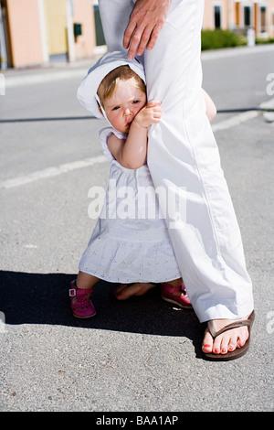 Ein Mädchen neben ihrer Mutter, Schweden. - Stockfoto