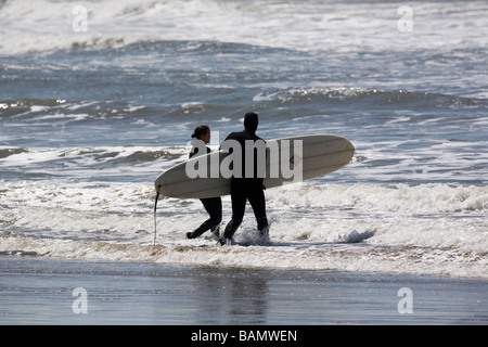 Surfer in der Silhouette an einem Strand in Oregon - Stockfoto