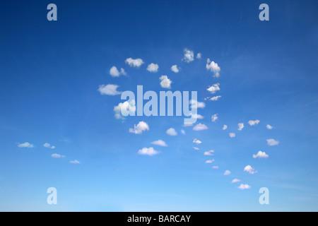 zwei herzförmige Wolken am blauen Himmel für viele Verwendungszwecke - Stockfoto
