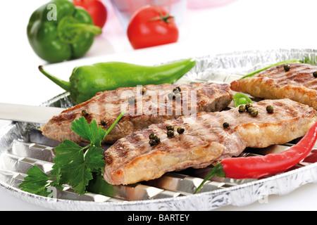 Gegrilltes Rumpsteak auf Alu-Grillpfanne - Stockfoto