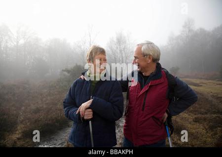 Ehepaar im Ruhestand lachen - Stockfoto