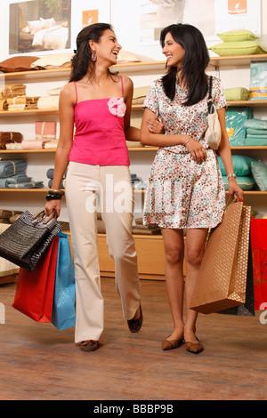 zwei Frauen einkaufen - Stockfoto
